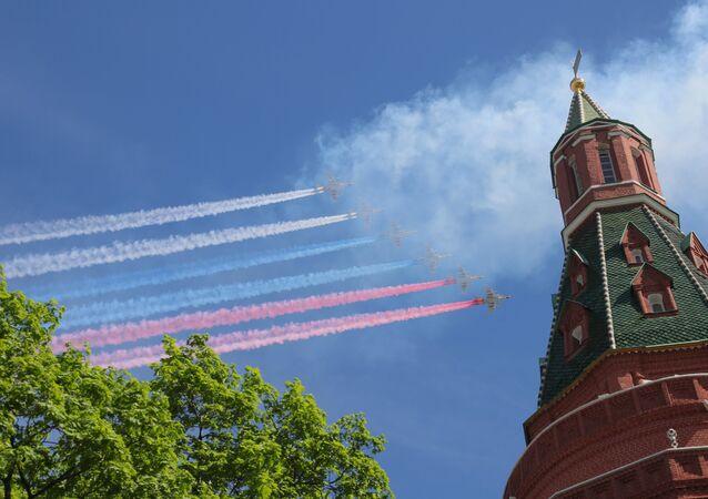 Aviões de assalto Su-25 BM sobrevoando a Praça Vermelha durante a Parada da Vitória