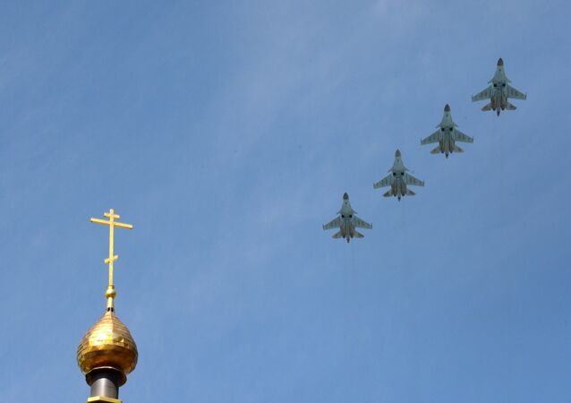 Caças-bombardeiros Su-34 voando no céu