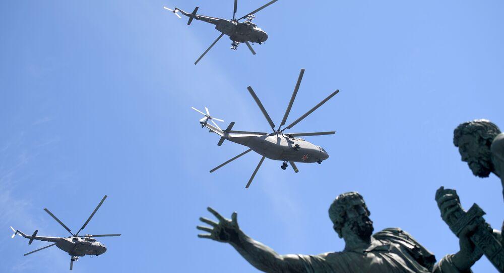 Helicóptero Mi-26 e helicópteros Mi-8AMTSh durante Parada da Vitória em Moscou, 9 de maio de 2018