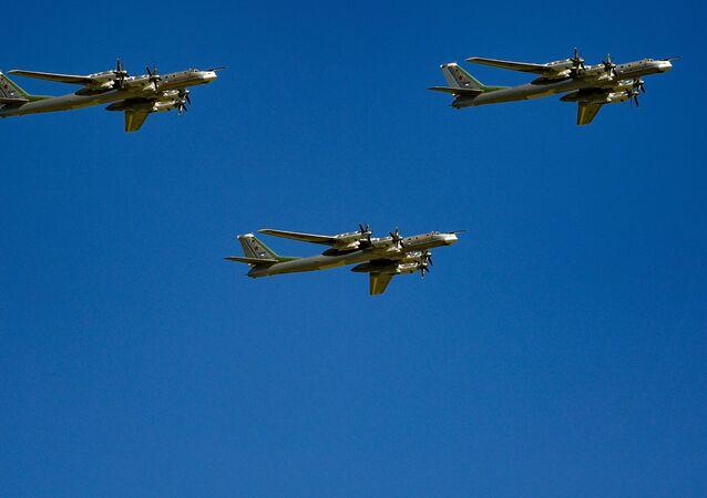 Bombardeiros estratégicos Tu-95MS Sevastopol, Izborsk e Kaluga durante a parte aérea da Parada da Vitória