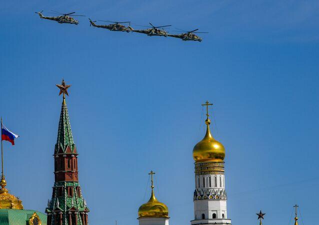 Helicópteros Mi-24P no céu moscovita em 9 de maio de 2018