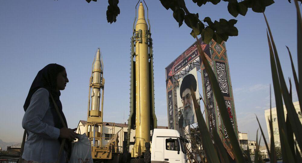 Míssil Ghadr-H frente ao retrato do supremo líder iraniano, Ali Khamenei, Teerã