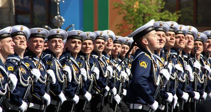 """Alunos do Instituto Naval do Báltico Almirante Ushakov"""" e do Instituto Politécnico Naval passam pela Praça Vermelha durante a 73ª Parada da Vitória, na Praça Vermelha, em 9 de maio de 2018"""