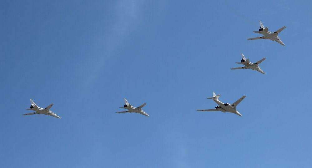 Bombardeiro estratégico Tu-160 e quatro bombardeiros estratégicos supersônicos Tu-22M3 participam da parte aérea da 73ª Parada da Vitória, na Praça Vermelha, em 9 de maio de 2018