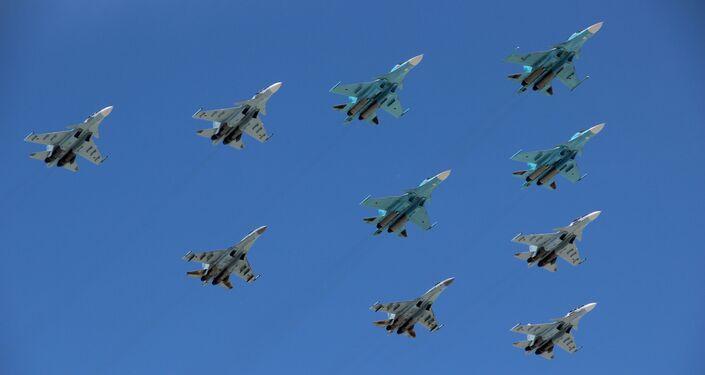 Grupo de aeronaves táticas, composto por bombardeiros Su-34, caças Su-30 e Su-35S, participa da parte aérea da 73ª Parada da Vitória, na Praça Vermelha, em 9 de maio de 2018