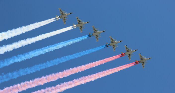 Seis aviões de ataque Su-25 tingem o céu com as cores da bandeira russa durante a parte aérea da 73ª Parada da Vitória, na Praça Vermelha, em 9 de maio de 2018