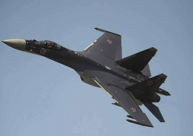 Caça russo Su-35 se apresentando no Dia da Força Aérea na cidade russa de Lipetsk (foto de arquivo)