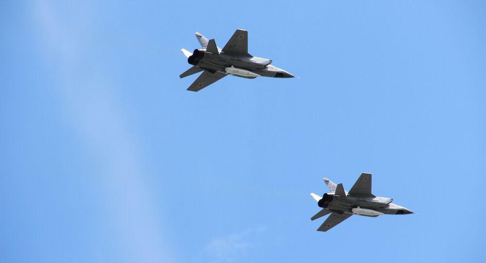 Dois aviões modernizados MiG-31K, equipados com novíssimo sistema de mísseis para aviação Kinzhal, estreiam na 73ª Parada da Vitória, na Praça Vermelha, em 9 de maio de 2018