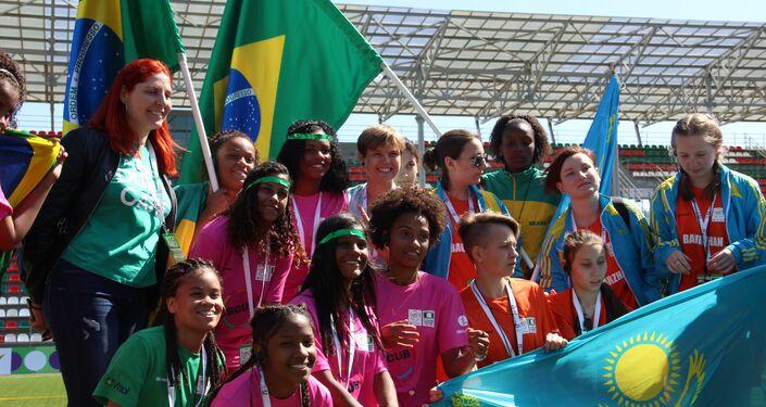 Equipe feminina brasileira posa para foto com o time cazaque na Street Child World Cup 2018