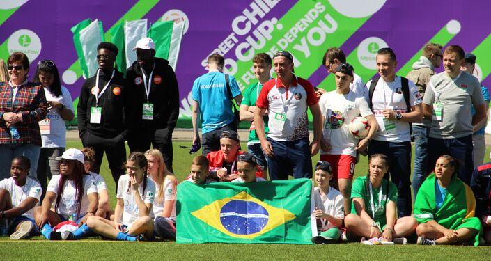Torcida de diferentes países apoia a equipe feminina brasileira durante o amistoso com a Rússia na Street Child World Cup 2018