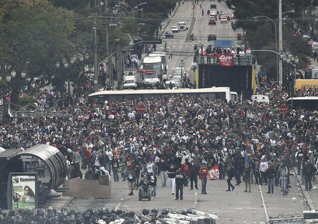 Professores e policiais entram em confronto no Centro Cívico em Curitiba