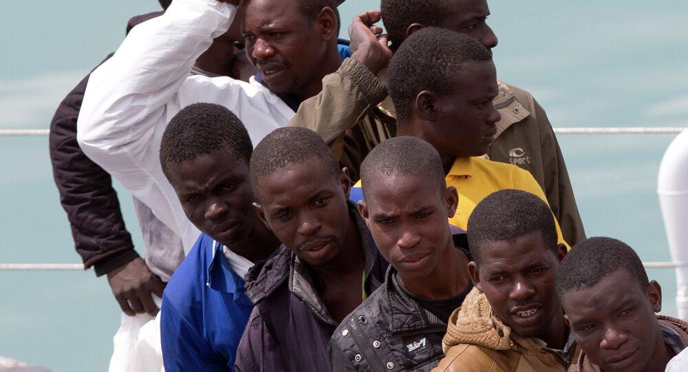Imigrantes cruzando o Mediterrâneo em direção à Europa