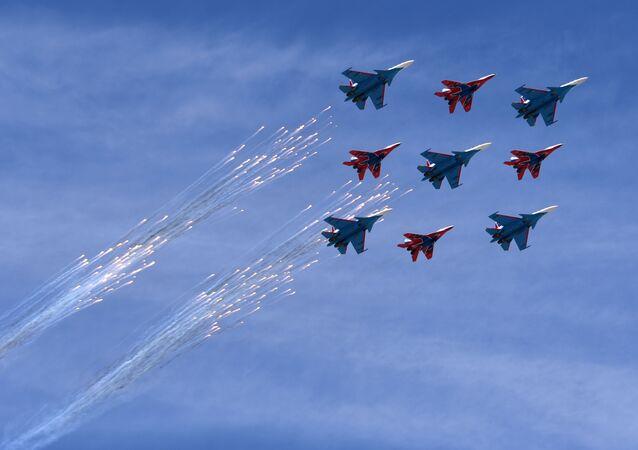 Caças multifuncionais Su-30SM da esquadrilha de acrobacia aérea Russkie Vityazi e os MiG-29 do grupo Strizhi durante a Parada da Vitória na Praça Vermelha, em 9 de maio de 2018