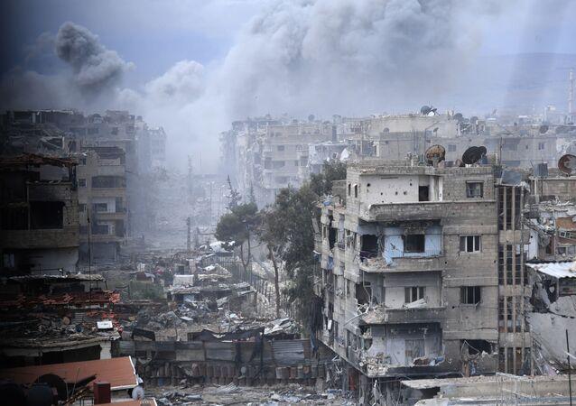 Edifícios desmoronados perto do antigo campo de refugiados palestinos de Yarmouk, nos arredores de Damasco