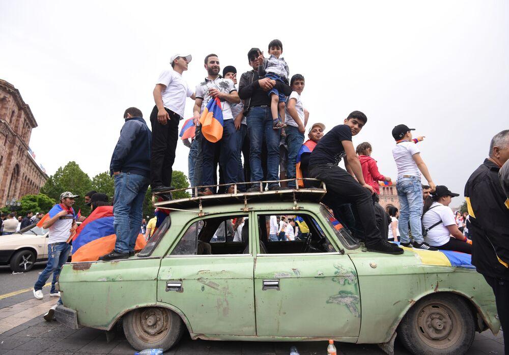 Simpatizantes do líder de protestos populares, Nikola Pashinyan, festejam sua eleição como primeiro-ministro da Armênia