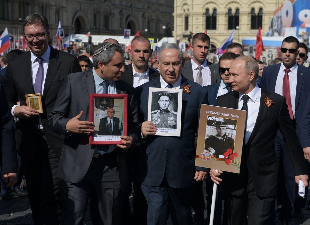 Presidente sérvio, Aleksandar Vucic (à esquerda), premiê israelense, Benjamin Netanyahu (no centro), e presidente russo, Vladimir Putin (à direita), participam do Regimento Imortal, em Moscou, em 9 de maio de 2018