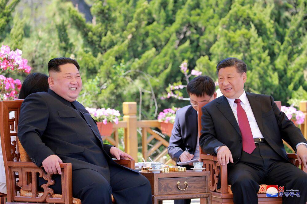 Líder norte-coreano, Kim Jong-un, e seu homólogo chinês, Xi Jingping, durante uma reunião bilateral na China, em 9 de maio de 2018