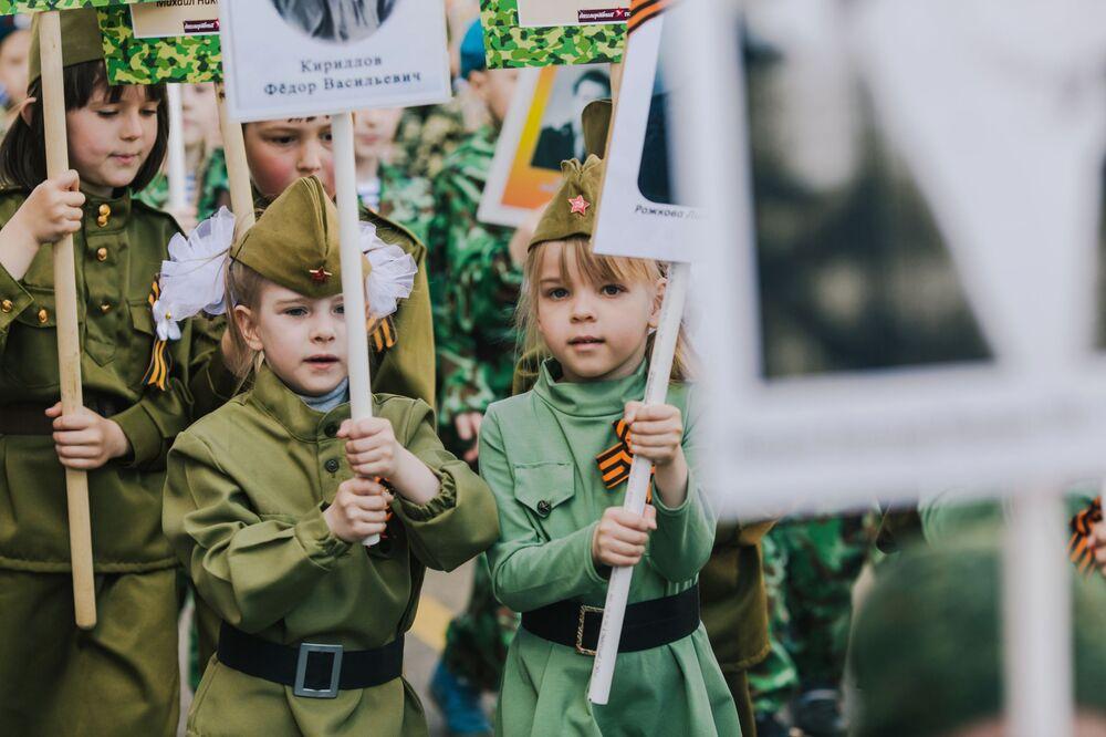 Crianças participam do evento Regimento Imortal na cidade de Ivanovo