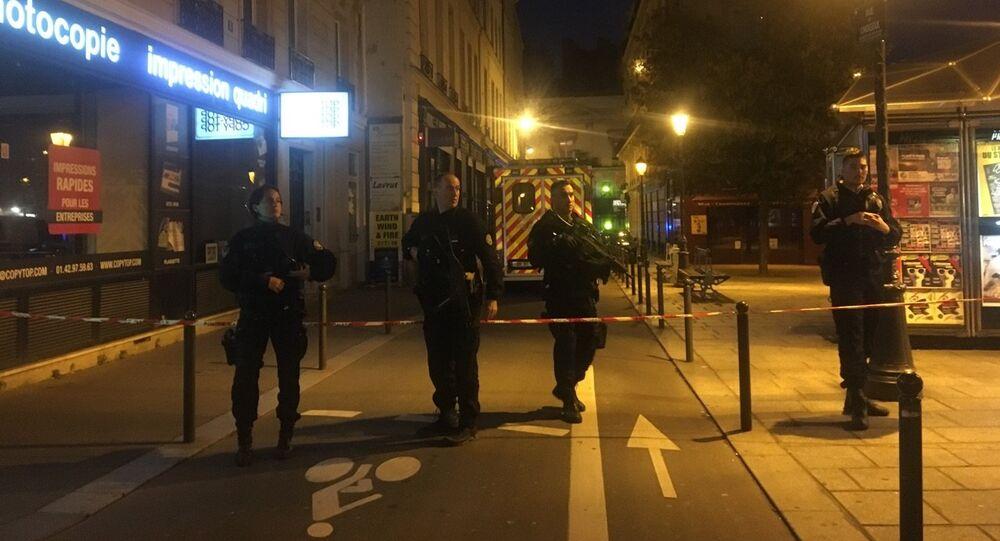 Policiais patrulham as ruas de Paris após ataque com faca na capital francesa (arquivo)