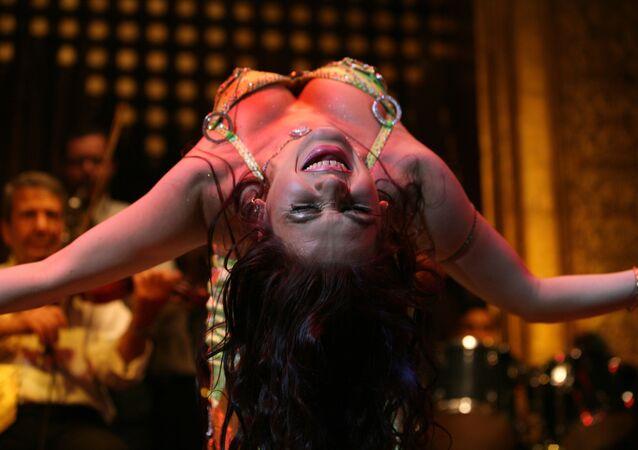 Katya, dançarina do ventre russa, se apresenta durante um festival de dança oriental em Cairo, no Egito