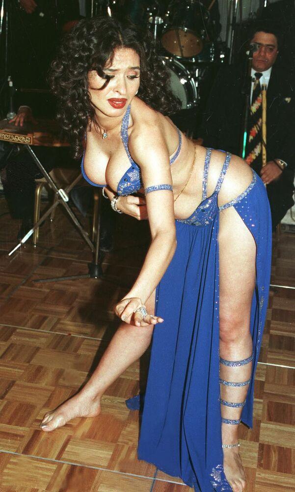 Dina, dançarina do ventre egípcia, se apresenta durante um show em Cairo, no Egito