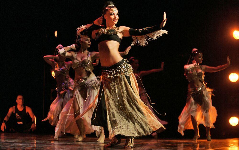 Grupo de dança turco Fire of Anatolia durante um show na Cisjordânia