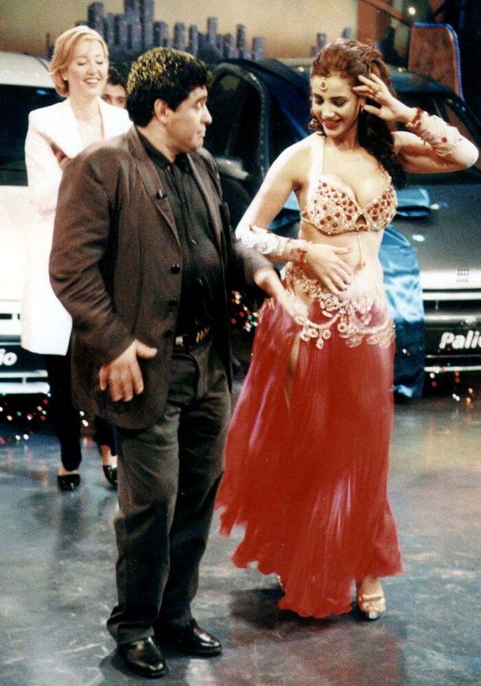 Jogador argentino Diego Maradona mostra suas capacidades de dançarino à dançarina Tanyeli, em Istanbul
