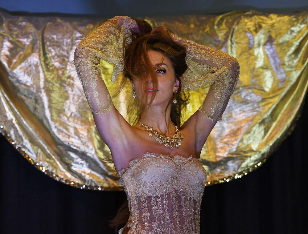 Dançarina do ventre polonesa Zaina compete no torneio anual Belly Dancer of the Universe Competition 2017, na Califórnia, nos EUA
