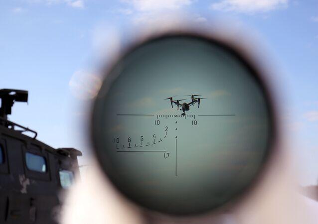 Militar durante manobras de combate contra alvos aéreos (foto de arquivo)