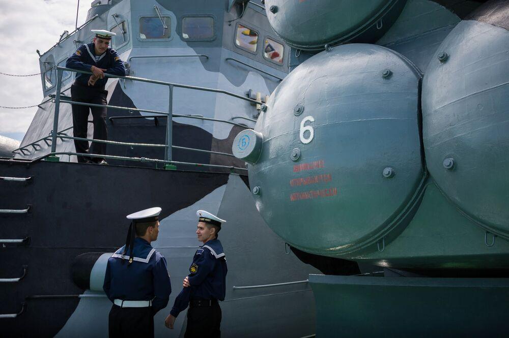 Marinheiros da Frota do Mar Negro durante exibição de navios de guerra dedicada ao 235º aniversário da Frota do Mar Negro em Sevastopol