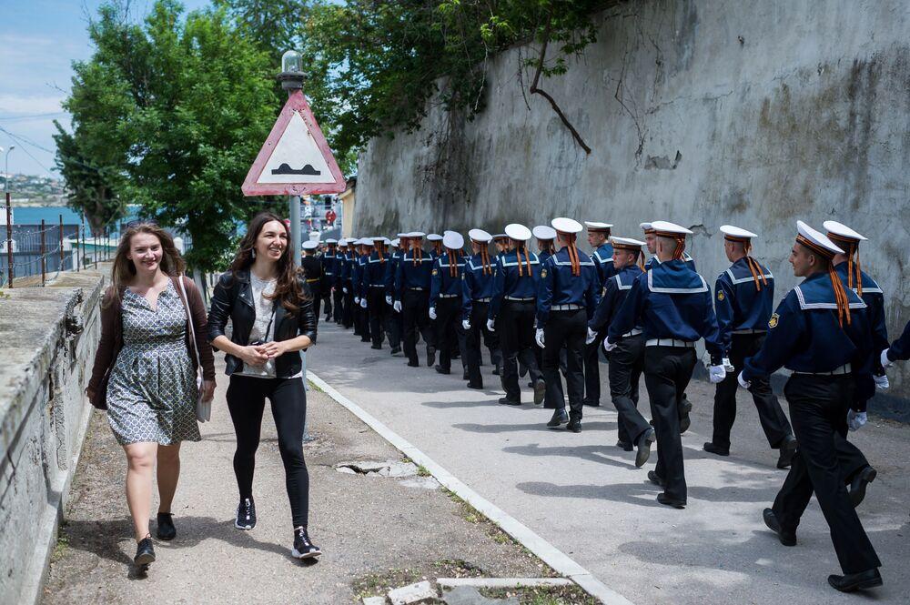 Uma coluna de marinheiros em Sevastopol