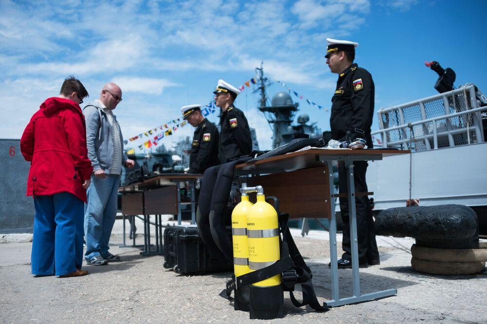 Exposição de armas, equipamento militar e especializado para os habitantes e visitantes de Sevastopol