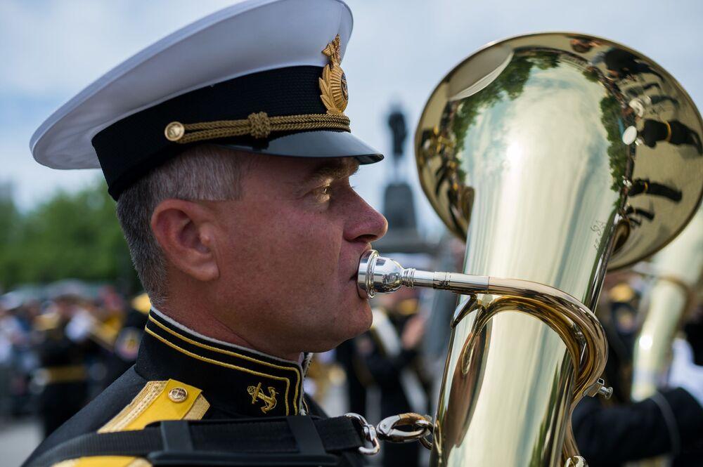 Um músico da orquestra militar durante a deposição de flores no Muro Memorial