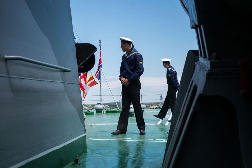 Tripulantes da Frota do Mar Negro durante a exibição de navios militares