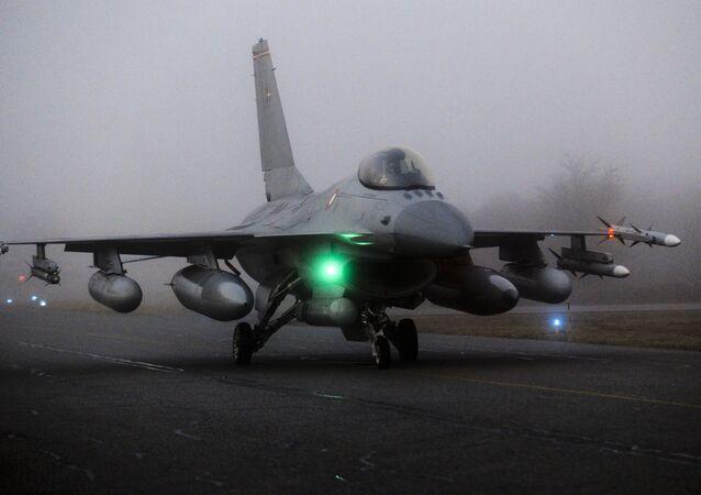 Caça F-16 prestes a decolar da base militar dinamarquesa Fighter Wing Skrydstrup, Jutlândia, 19 de março de 2011