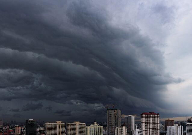 Nuvens escuras sobre cidade durante tempestade (imagem ilustrativa)