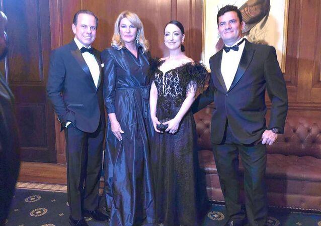 Sérgio Moro posa em Nova York ao lado da esposa Rosângela e do casal João e Bia Doria