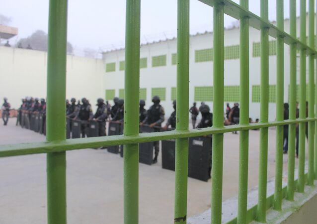 Transferência de presos na Cadeia Pública Desembargador Raimundo Vidal Pessoa, no Amazonas.