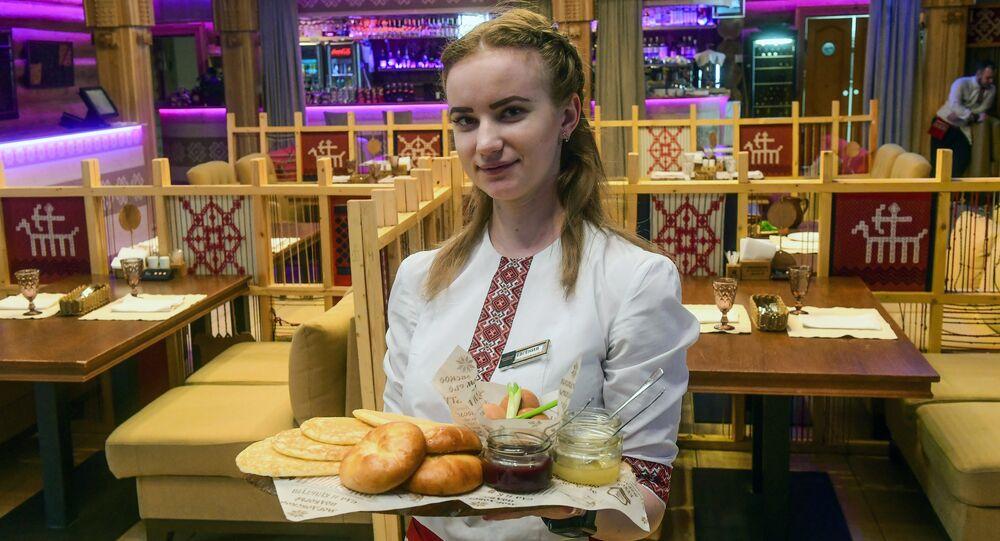 Garçonete do restaurante Mordovskoe podvorie em Saransk