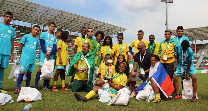 Equipe brasileira com taça de campeão na Street Child World Cup 2018, em Moscou, em 16 de maio de 2018