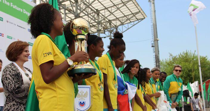 Equipe brasileira na Street Child World Cup 2018 recebe tacã de campeão, em Moscou, em 16 de maio de 2018