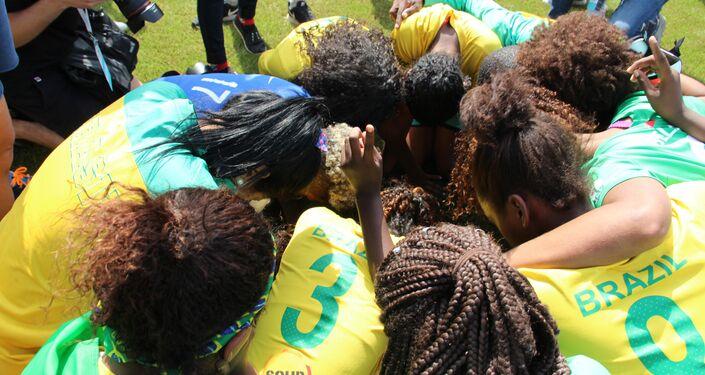 Equipe brasileira faz oração após vencer na final da Street Child World Cup 2018, em Moscou, em 16 de maio de 2018