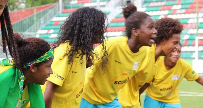 Meninas da equipe brasileira festejam vitória na Street Child World Cup 2018, em Moscou, em 16 de maio de 2018