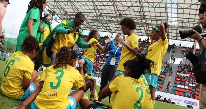 Equipe brasileira no intervalo do jogo final da Street Child World Cup 2018, em Moscou, em 16 de maio de 2018