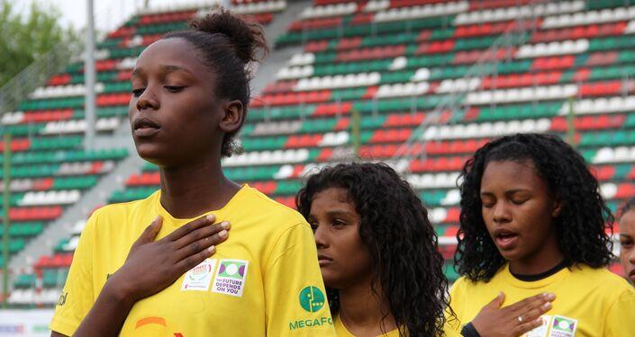 Meninas da equipe brasileira cantam hino nacional antes do jogo final da Street Child World Cup 2018, em Moscou, em 16 de maio de 2018