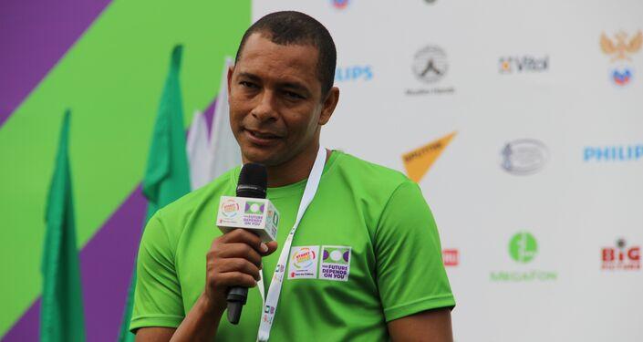 Gilberto Silva responde às perguntas dos jovens jogadores antes do jogo final da Street Child World Cup 2018, em Moscou, em 16 de maio de 2018