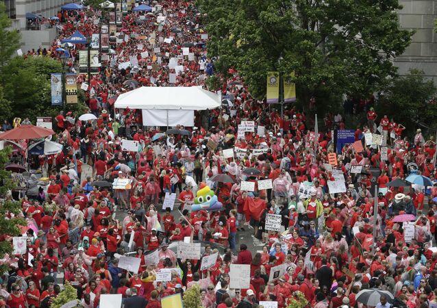 Professores protestam em Raleigh, capital da Carolina do Norte, por melhores salários e mais investimento em educação