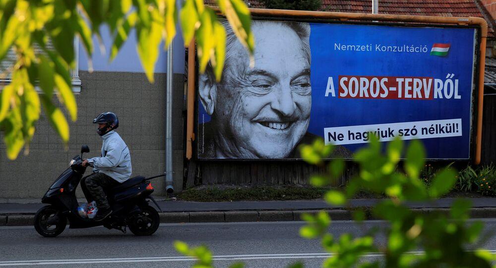 Cartaz retrata George Soros com a frase Não deixemos que Soros seja último a rir, na Hungria (foto de arquivo)