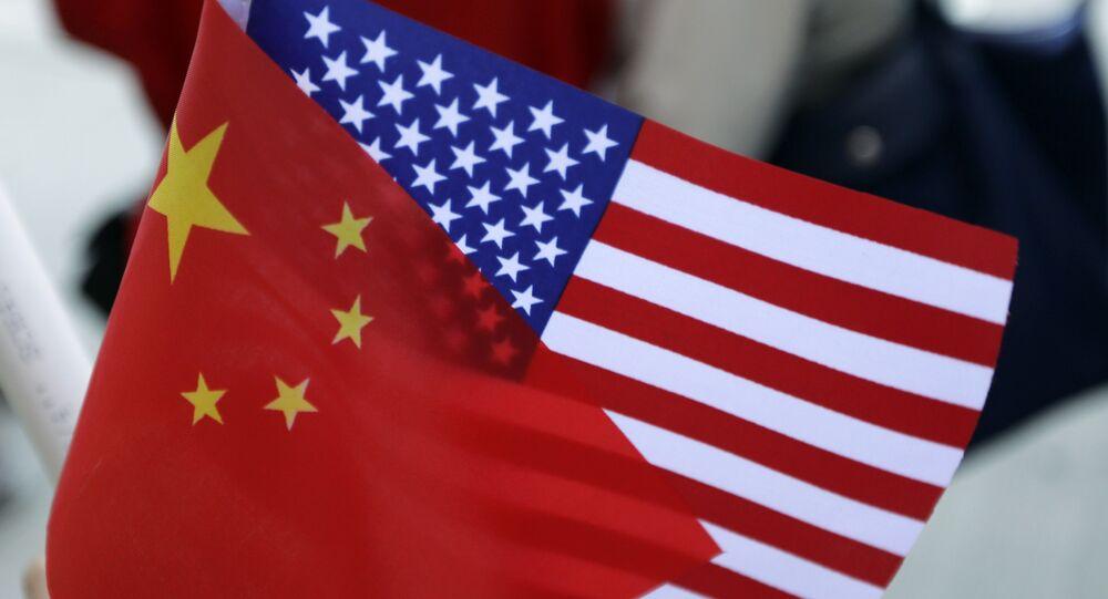 Bandeiras chinesa e americana