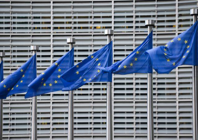 Bandeiras da União Europeia em frente à sede da Comissão Europeia em Bruxelas (foto de arquivo)